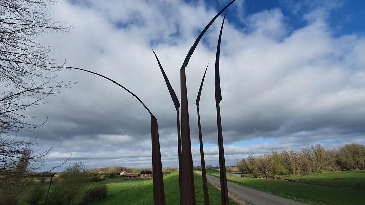 Wandeling over Trage Tocht Ewijk bij kunstwerk de Sprieten