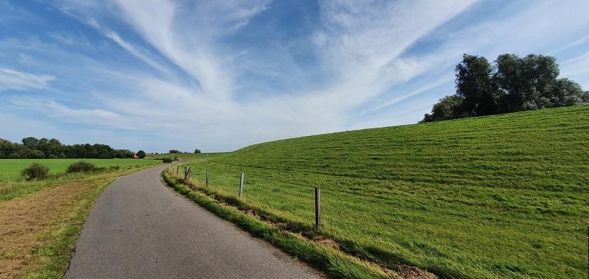 Wandeling over het Groot Frieslandpad van Bellingwolde naar Papenburg langs de dijk van de Ems