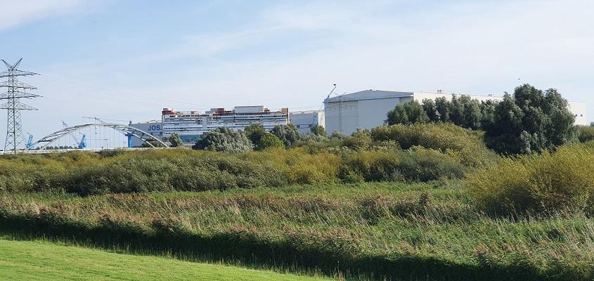 Wandeling over het Groot Frieslandpad van Bellingwolde naar Papenburg bij scheepswerf Meyer