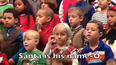 Photo of Μαθήτρια τραγουδά στη νοηματική για τους κωφούς γονείς (βίντεο)