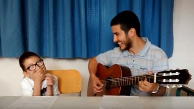 Photo of Ένας υπέροχος δάσκαλος τραγουδά μαζί με τον απίθανο μαθητή του! (Βίντεο)