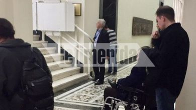 Photo of Εικόνες ντροπής στη Βουλή -Επισκέπτης σε αμαξίδιο δεν μπόρεσε να ανέβει στη Γερουσία γιατί δεν λειτουργούσε το ειδικό μηχάνημα