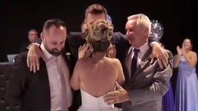 Photo of Ανάπηρος γαμπρός σηκώνεται και χορεύει με την νύφη τον πρώτο χορό [βίντεο]