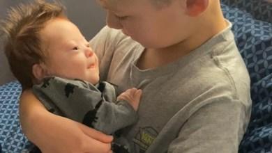 Photo of Ένα μικρό αγόρι τραγουδά διαρκώς στον νεογέννητο αδερφό του μεσύνδρομο Down