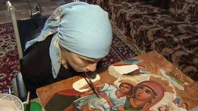 Photo of Γυναίκα χωρίς χέρια ζωγραφίζει αγιογραφίες με το στόμα και εντυπωσιάζει με τις δημιουργίες της