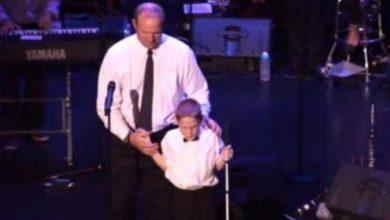 Photo of Ανέβασε τον τυφλό και αυτιστικό γιο του στη σκηνή…και τους μάγεψε