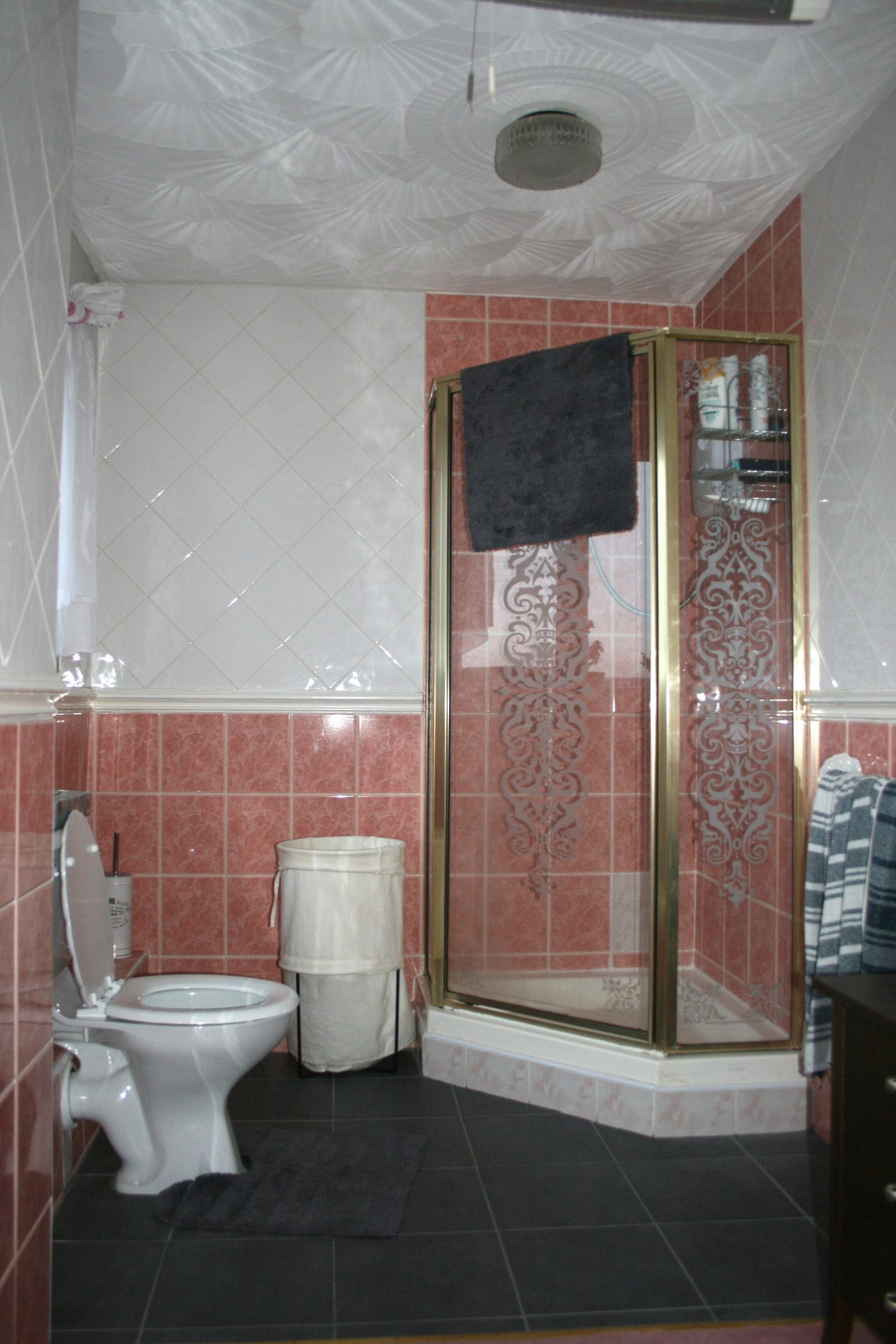 Before and after images from a bathroom makeover by Amelia Wilson Interiors Interior Designer
