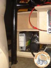 Rangements sur l'avant derrière les sièges et emplacements pour l'outillages, convertisseur et compresseur.
