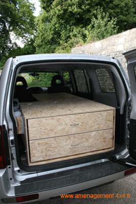 Caisson arrière en bloc, 2 tiroirs cloisonnés et une tablette pour sommier, à gauche support pour pulvérisateur à eau.