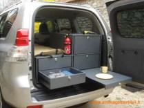 2 grands tiroirs, table d'appoint à droite, 1 tiroir cuisinette avec réchaud gaz 1 feu, 1 tiroir de rangement vaisselle, couchage sur le dessus 180x68cm,reservoir d'eau avec pompe et douchette
