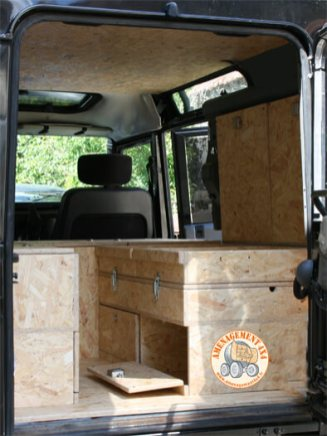 De multiples rangements afin de ranger provisions, matériel, etc.