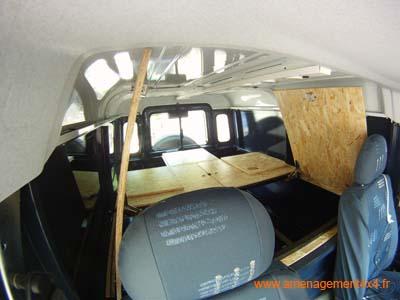 4 trappes d'accès aux caisses, coin repas 2 personnes, couchage 140x182cm.