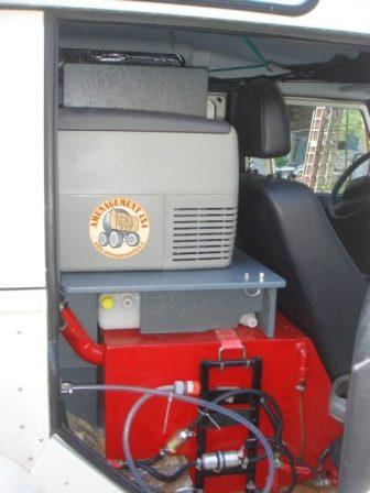 coté droite avec réservoir gazoil et pompe au dessus un réservoir extra plat de 40 litres d\'eau potable inséré dans l'agencement et le frigo.