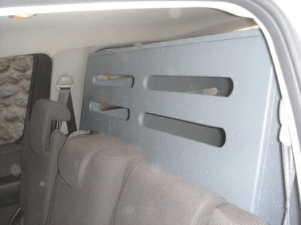 vue de la banquette arrière, aérations sur les 2 cotés,face avant et le dessus.