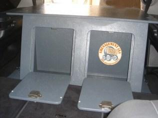 vue avant, 2 rangements derrière les sièges arrières