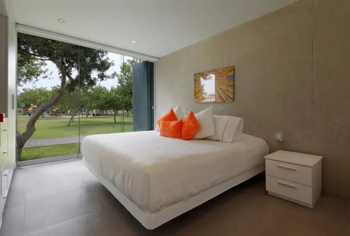Maison contemporaine avec un escalier orange et un rooftop