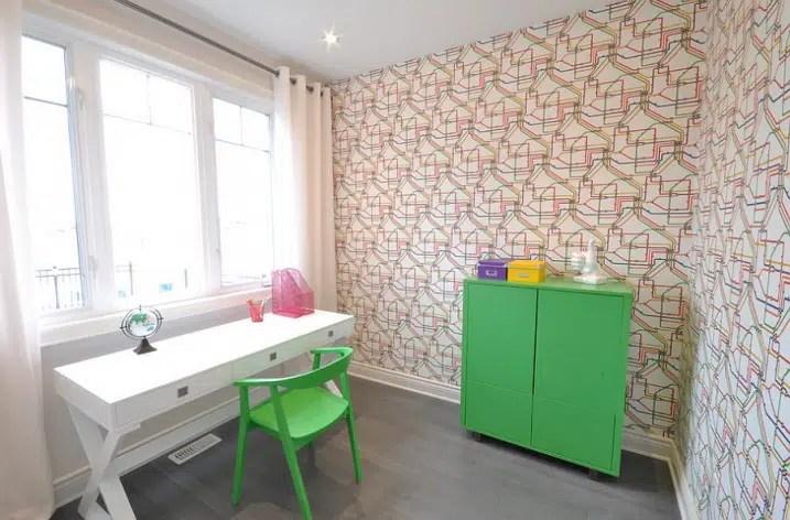 Bureau contemporain avec papier peint géométrique