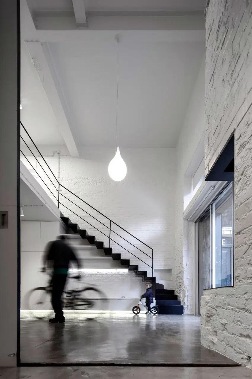 Loft minimaliste noir et blanc avec mezzanine