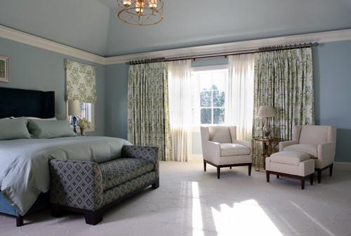 Dormitor cu tavan inalt cu peretii zugraviti gri bleu