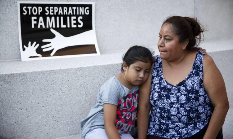 Una madre y su hija en Los Ángeles reaccionan después de que el Tribunal Supremo de Estados Unidos emitió una fracción gobernante 23 de de junio de bloquear las acciones ejecutivas del presidente Barack Obama para detener temporalmente las deportaciones.  (CNS foto / Eugene García, EPA)