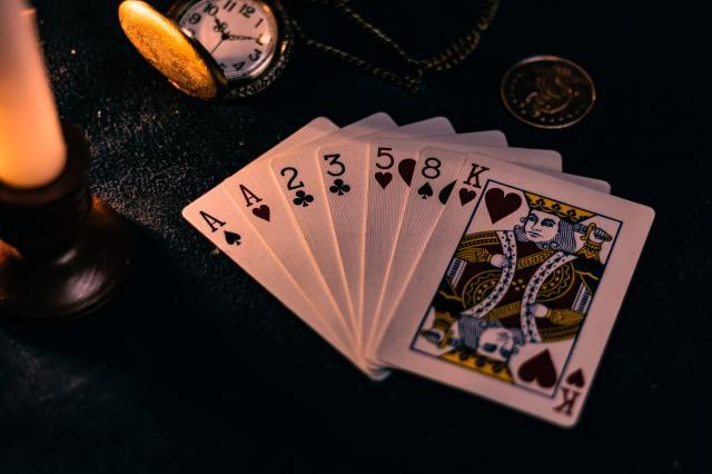 bermain kartu di atas meja