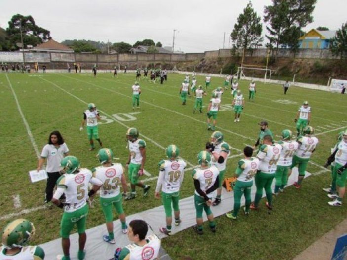 Above: Coach Welsey Mota instructs his Juventude athletes as they enter the field against the Paraná HP. Foto credit: Juventude F.A. Facebook page