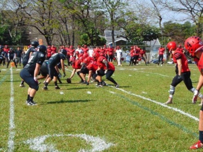 Above: The Black Sharks defense lines up against Timbo. Photo credit: Foz da Iguaçu Black Sharks Football Team Facebook page