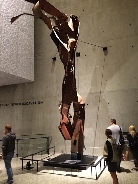 Stahlträger wurde verbogen wie eine Kunst-Skulptur