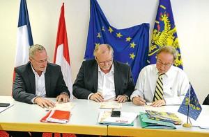 De gauche à droite: Jean-Michel Ritter, Paul Mumbach et Jean-Philippe Allenbach, président du Mouvement Franche-Comté. Tous trois signent l'alliance entre le Parti Lorrain, la Fédération Démocratique Alsacienne et le Mouvement Franche-Comté. Photo ER