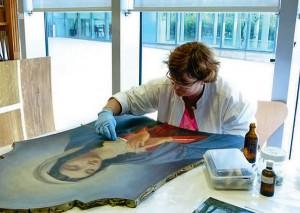 Marie-Adrienne Ley, restauratrice d'art, a présenté son savoir-fraire dans le cadre des animations proposées autour de l'exposition - DR