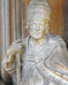 Statuette en albâtre de Saint Grégoire, visible derrière le grillage de protection, datant du XVIIIe siècle - Photo FM