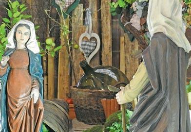 creche vignette - Deux femmes dans le vignoble alsacien