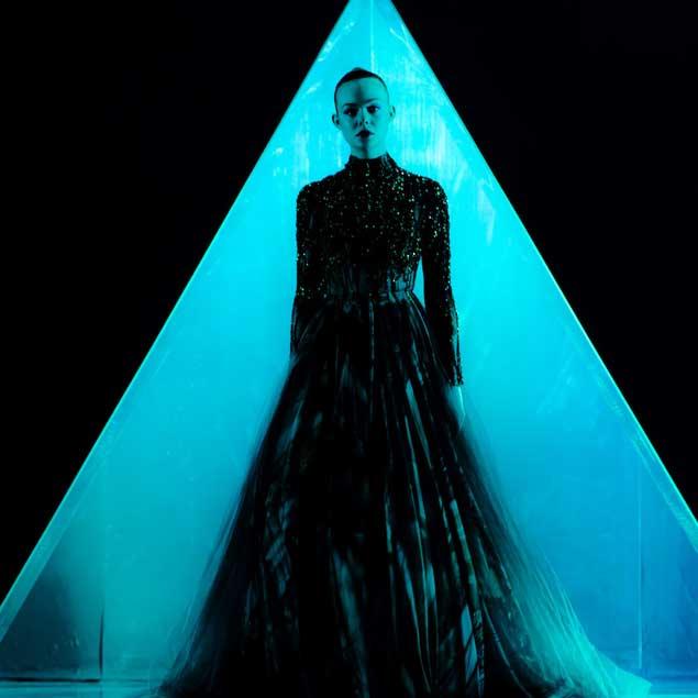 Risultati immagini per The Neon Demon di Nicolas Winding Refn, Giorgio Armani 2016. Con