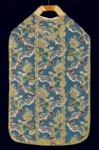 """Pianeta con motivo decorativo """"a meandro"""", 1760-65. Abito civile donato alla chiesa, smontato e ricucito."""