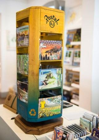 Cartões postais à venda na AAJB.