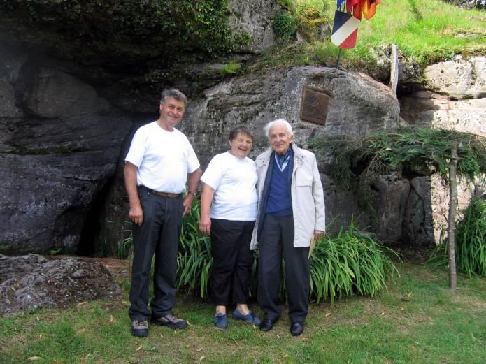 Le docteur avec Roger et Danièle Dirand, chargés de l'entretien du site