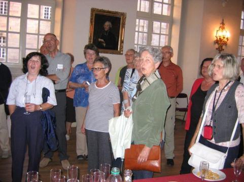 Les visiteurs chantent l'hymne de Bregez