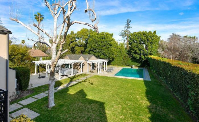Scandal Creator Shonda Rhimes Lands English Style Estate