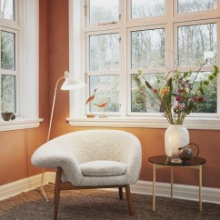 Fried Egg Chair How To Hang A Swing From The Ceiling Warm Nordic Brings Back Hans Olsen S In Sheepskin And Was Released With Approval Of Estate It Available Hand Stitched Moonlight White Scandinavian Gray