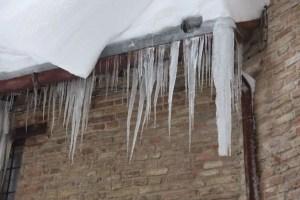 Neve e ghiaccio sul tetto del condominio