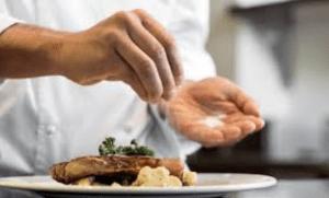 Makanan Asin Faktor Penyebab Cepat Haus Saat Puasa