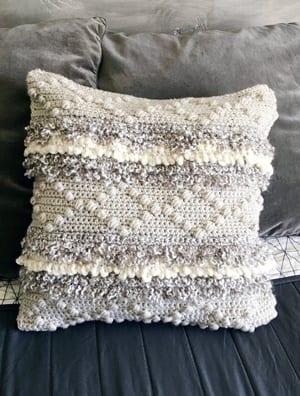 pillow crochet pattern -amorecraftylife.com #crochet #crochetpattern #diy