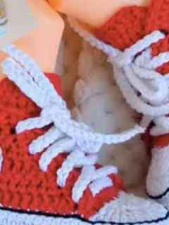converse baby shoes blanket crochet pattern - amorecraftylife.com #baby #crochet #crochetpattern #freecrochetpattern