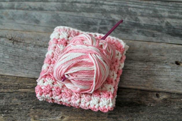 free printable even moss stitch crochet dishcloth pattern -amorecraftylife.com #crochet #crochetpattern #diy #freecrochetpattern