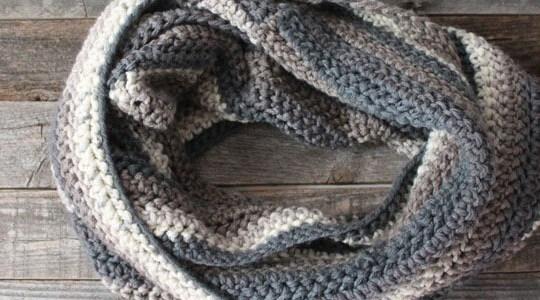 free chunky infinity scarf crochet pattern -super bulky yarn gauge 6- easy wide scarf pattern - amorecraftylife.com #crochet #crochetpattern #freecrochetpattern
