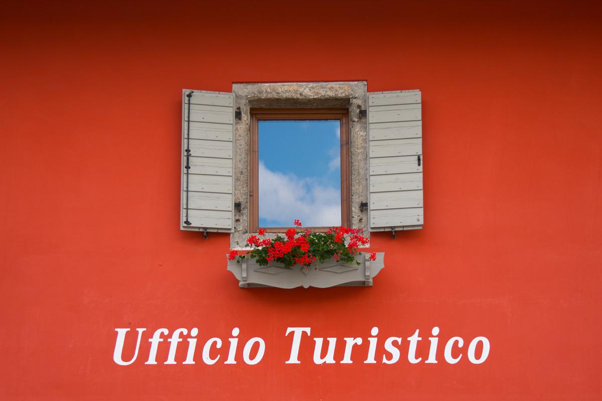 Ufficio turistico di Ampezzo Carnico, la finestra fiorita
