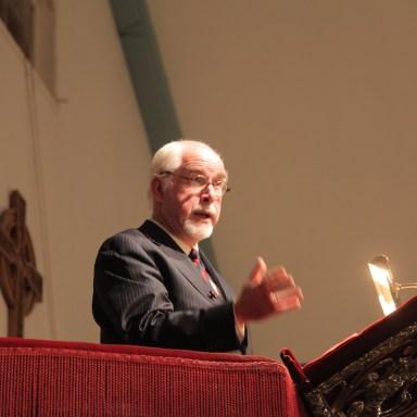 Dr. André F. Troost op de kansel van de Engelse Kerk.
