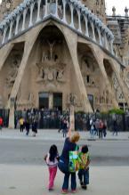 Mijn vrouw en kinderen kijken naar de Sagrada Familia (foto: R.J. van Amstel, 2017)