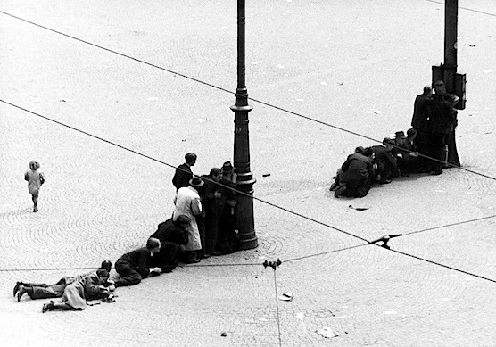 Amsterdam, may 7th 1945. People hide on Dam Square.