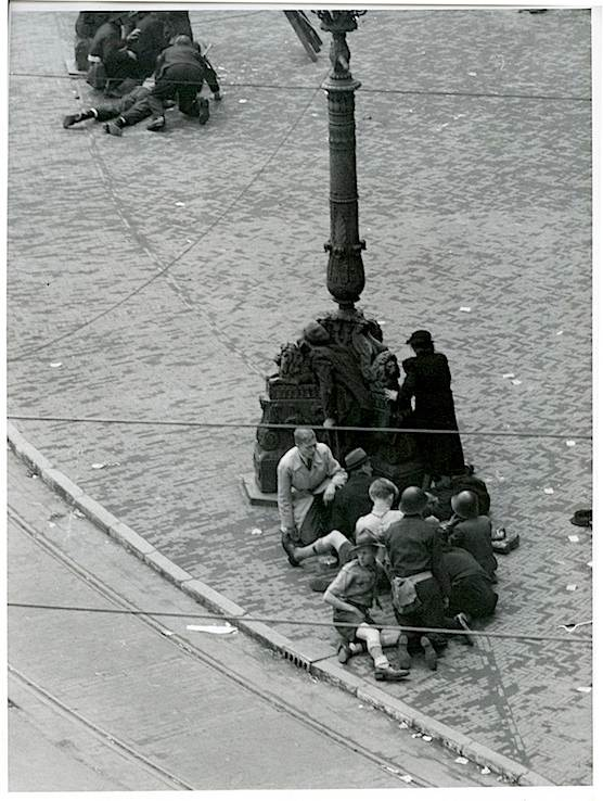 Amsterdammers hidden on Dam Square at May 7th 1945.